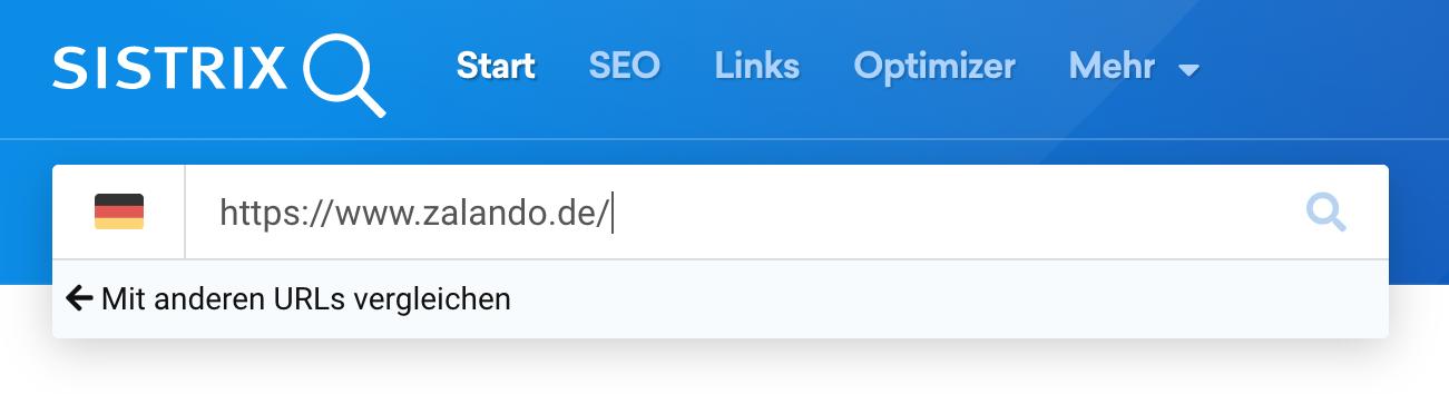 """Eingabe eines Pfades in die Suchleiste der SISTRIX Toolbox führt zu einem Pop-Up mit dem Link zur """"Mit anderen URLs vergleichen"""" Funktion."""