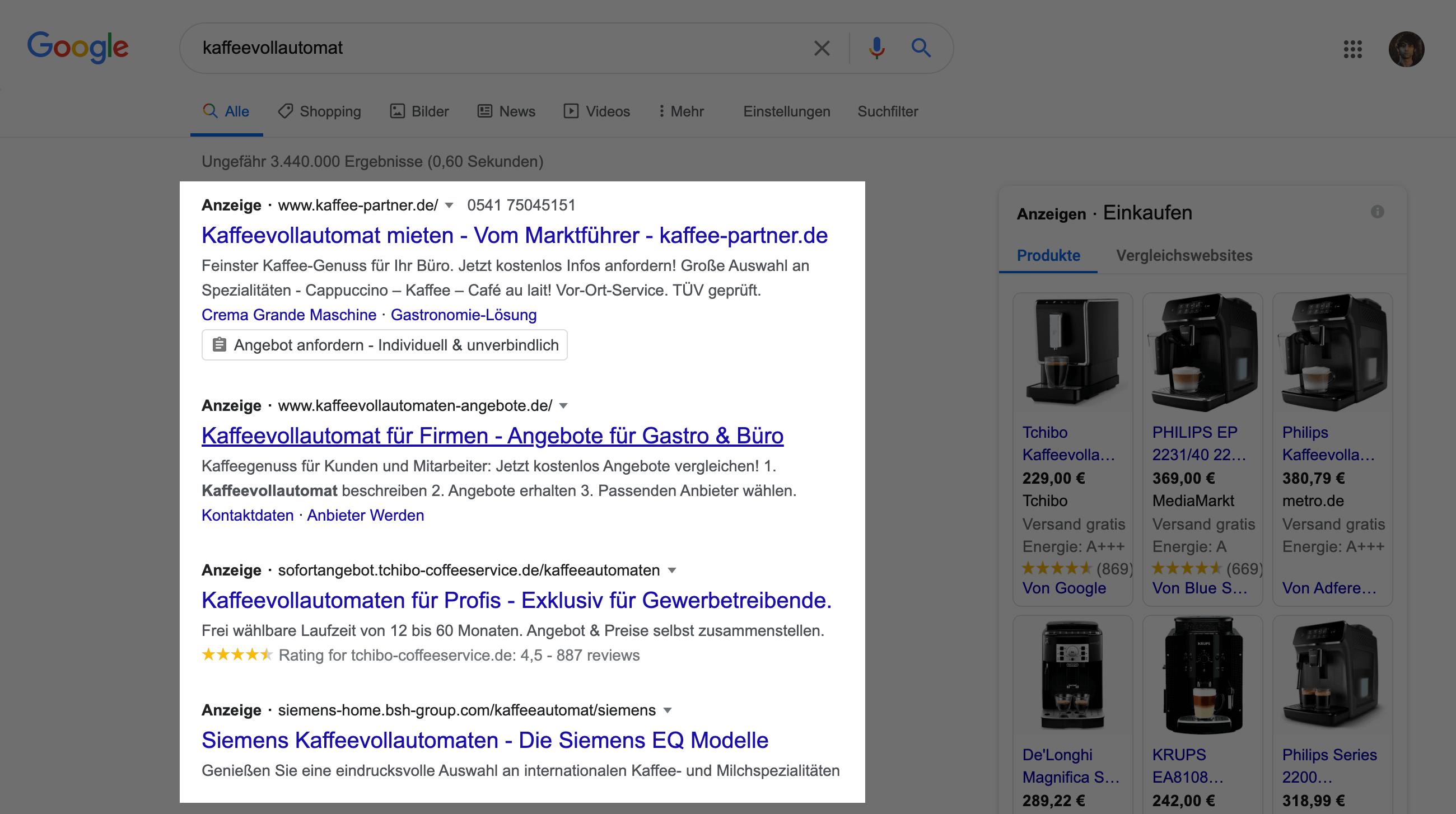 """Zeigt eine Beispiel-Suchergebnisseite auf Google für den Suchbegriff """"kaffeevollautomat"""" an. Die ersten vier Treffer sind hier Anzeigen."""