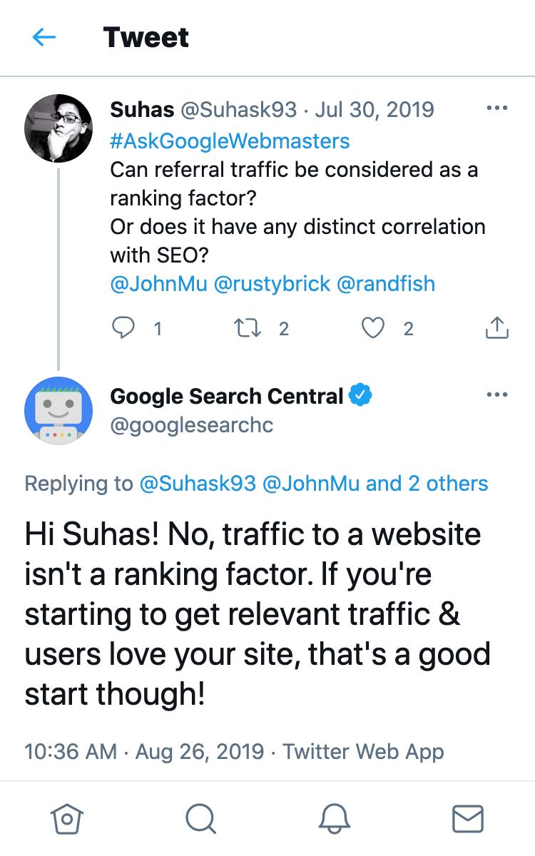 Tweet-Antwort des Google Search Central-Account auf die Frage, ob Referral-Traffic ein Rankingfaktor sei. Die Antwort lautet nein.