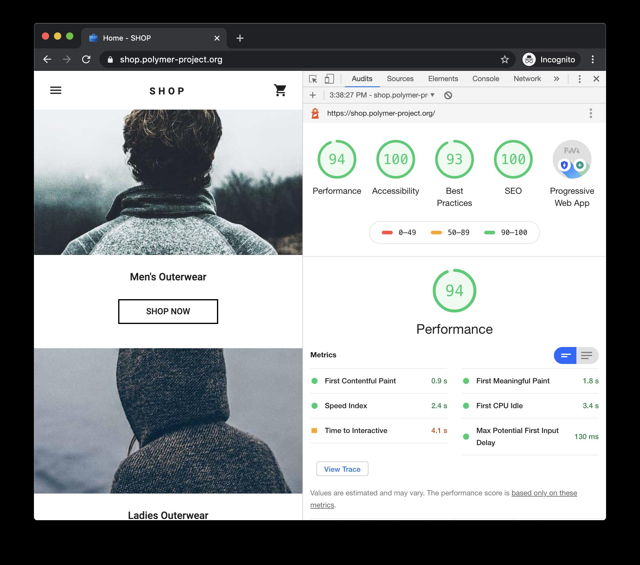 Zeigt die geprüfte Seite im linken Bereich des Browsers an. Rechts ist das Chrome DevTools Performance Panel mit dem Lighthouse Report zu sehen.